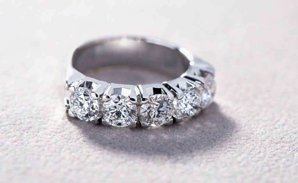 Un anello per lei: Solitario, Trilogy o Veretta?