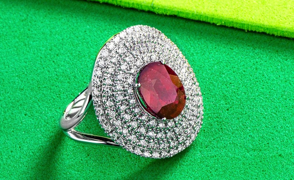Il rosso che devi assolutamente indossare: l'anello con rubino