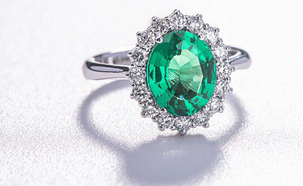 Anello con smeraldo: caratteristiche, significato e proprietà