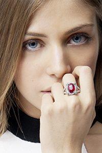Anello-in-Oro-bianco-18k-con-Rubino-e-Diamanti-indossato-ANN2360BBR-gioielli-di-valenza