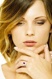 Anello-in-oro-bianco-18k-con-diamanti-e-rubino-VR0751BBACONR-gioielli-di-valenza