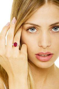 Anello-in-oro-bianco-18k-con-rubino-centrale-e-diamanti-indossato-AN742BBR-gioielli-di-valenza