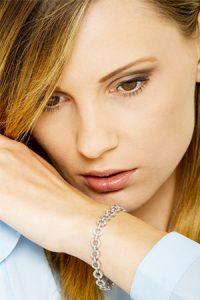 Bracciale-in-oro-bianco-18k-con-elementi-di-forma-rotonda-con-diamanti-indossato-SCBR1193BB-gioielli-di-valenza