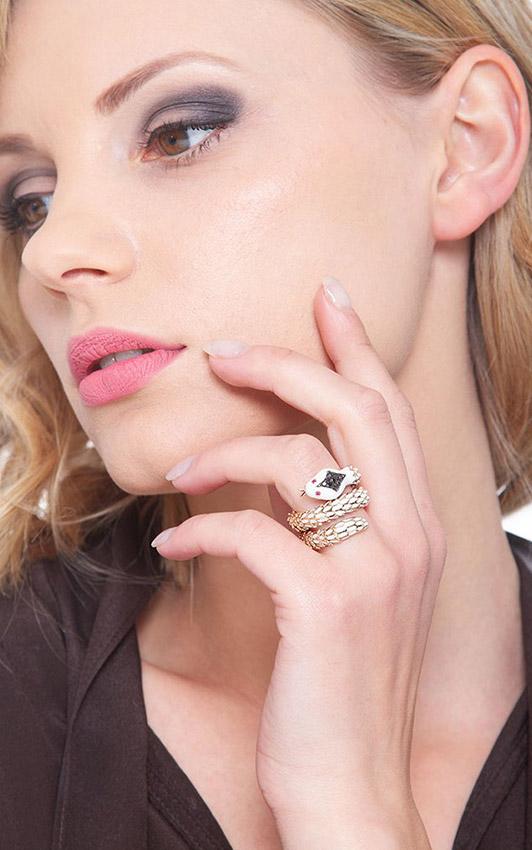 POAN1966-2-B01-RNR-gioiellidivalenza-anello-oro-bianco-rosa-18k-serpente-diamanti-neri-rubini